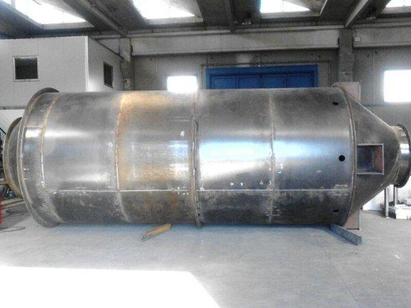 un grosso container di ferro