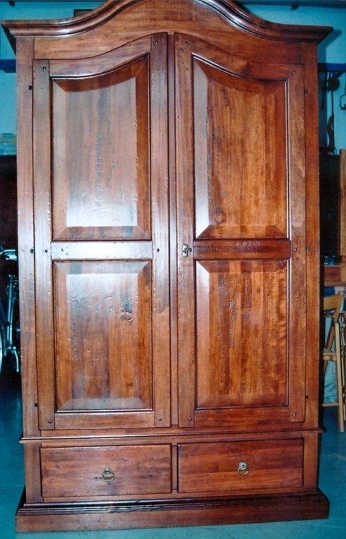 Armadio in legno massello con verniciatura antichizzata