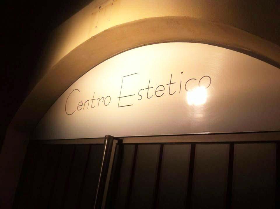 un'insegna all'esterno con scritto Centro Estetico