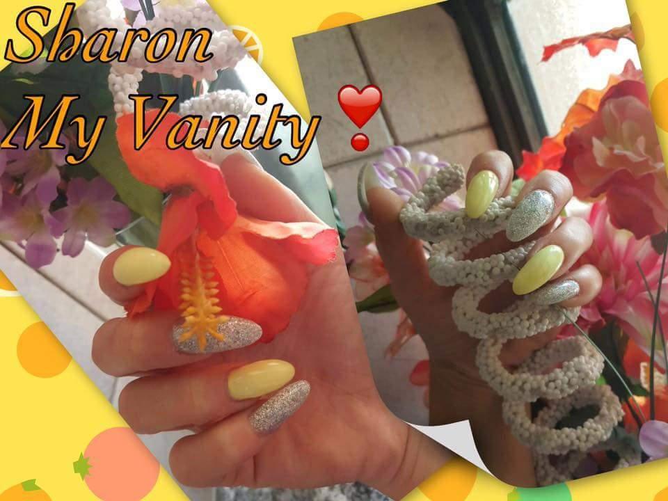 delle unghie argentate a brillantini e gialli con scritto Sharon My Vanity