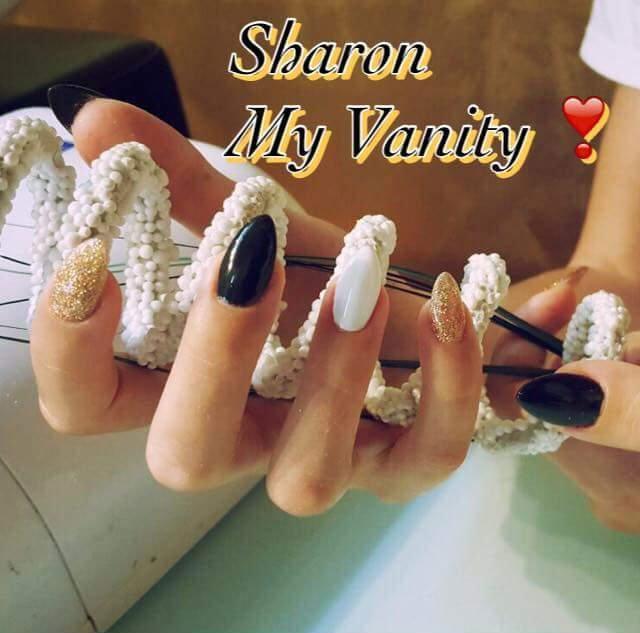 delle unghie dorate con brillantini,nere e bianche e la scritta Sharon My Vanity