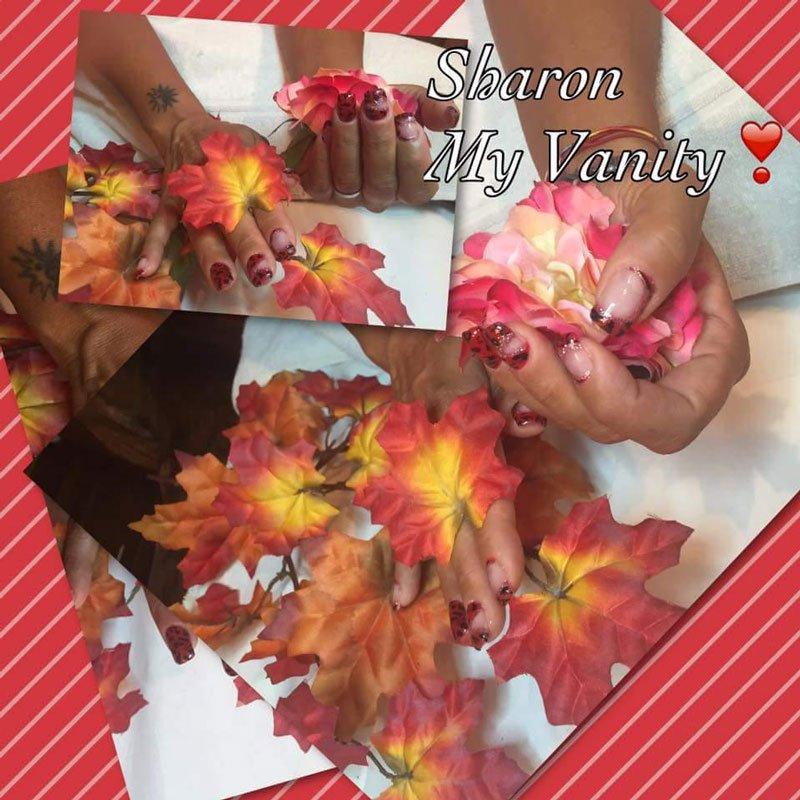 delle mani con dei fiori rosa e bianchi e foglie arancioni e gialli e la scritta Sharon My Vanity