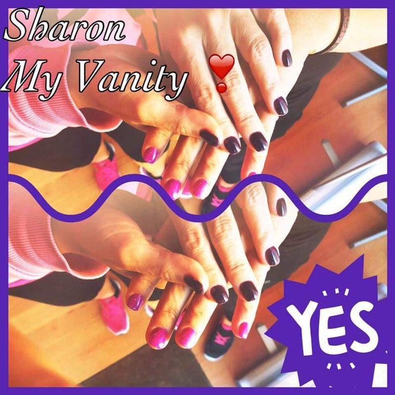 delle mani con delle unghie viola scure e fucsia e la scritta Sharon My Vanity