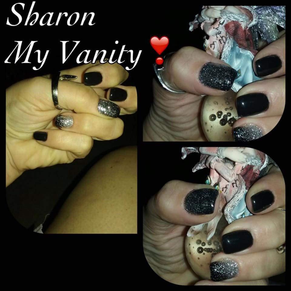 delle mani con delle unghie nere a brillantini grigi con scritto Sharon My Vanity