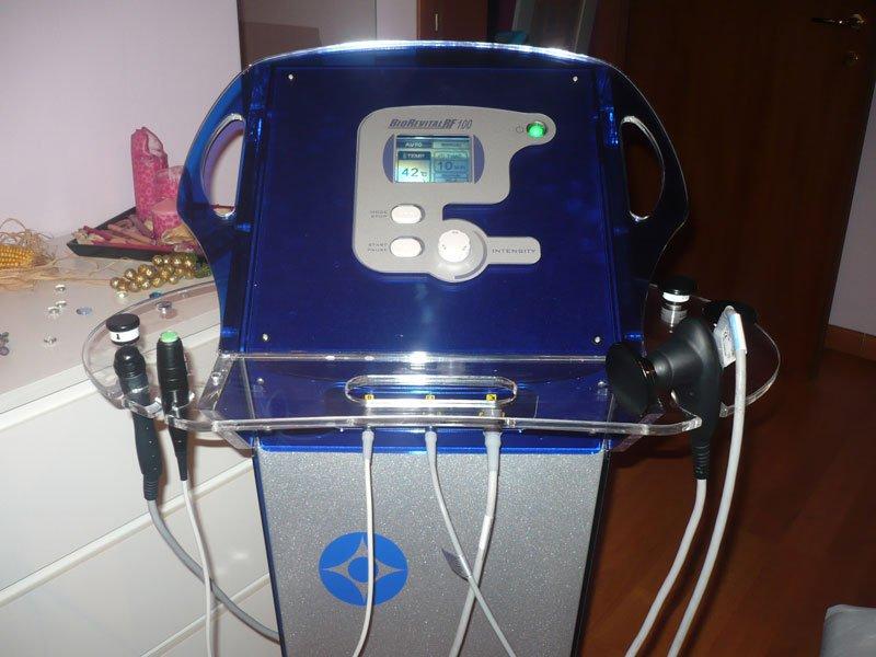 un macchinario blucon scritto Blu Revital
