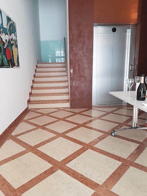 un pavimento e dei gradini in marmo bianco e bordeaux