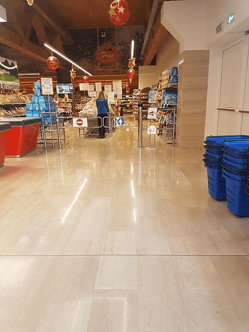 un pavimento in marmo di un supermercato