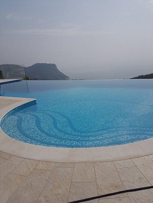 una piscina con in bordi in marmo