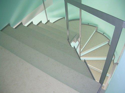 dei gradini di una  scala in marmo