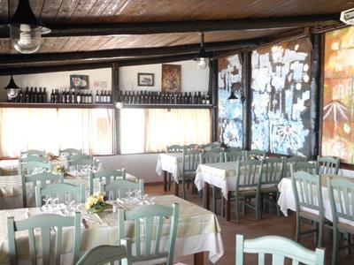 tavoli apparecchiati all`interno del ristorante
