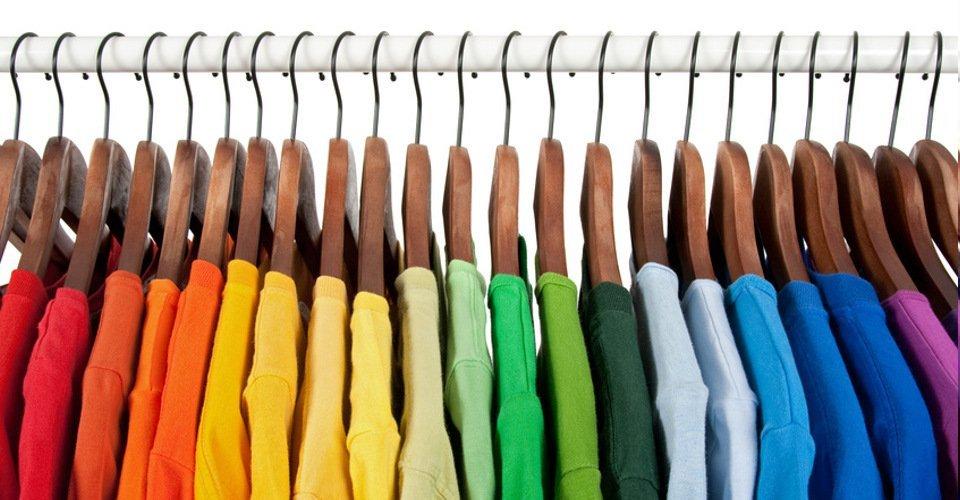 magliette di vari colori in grucce