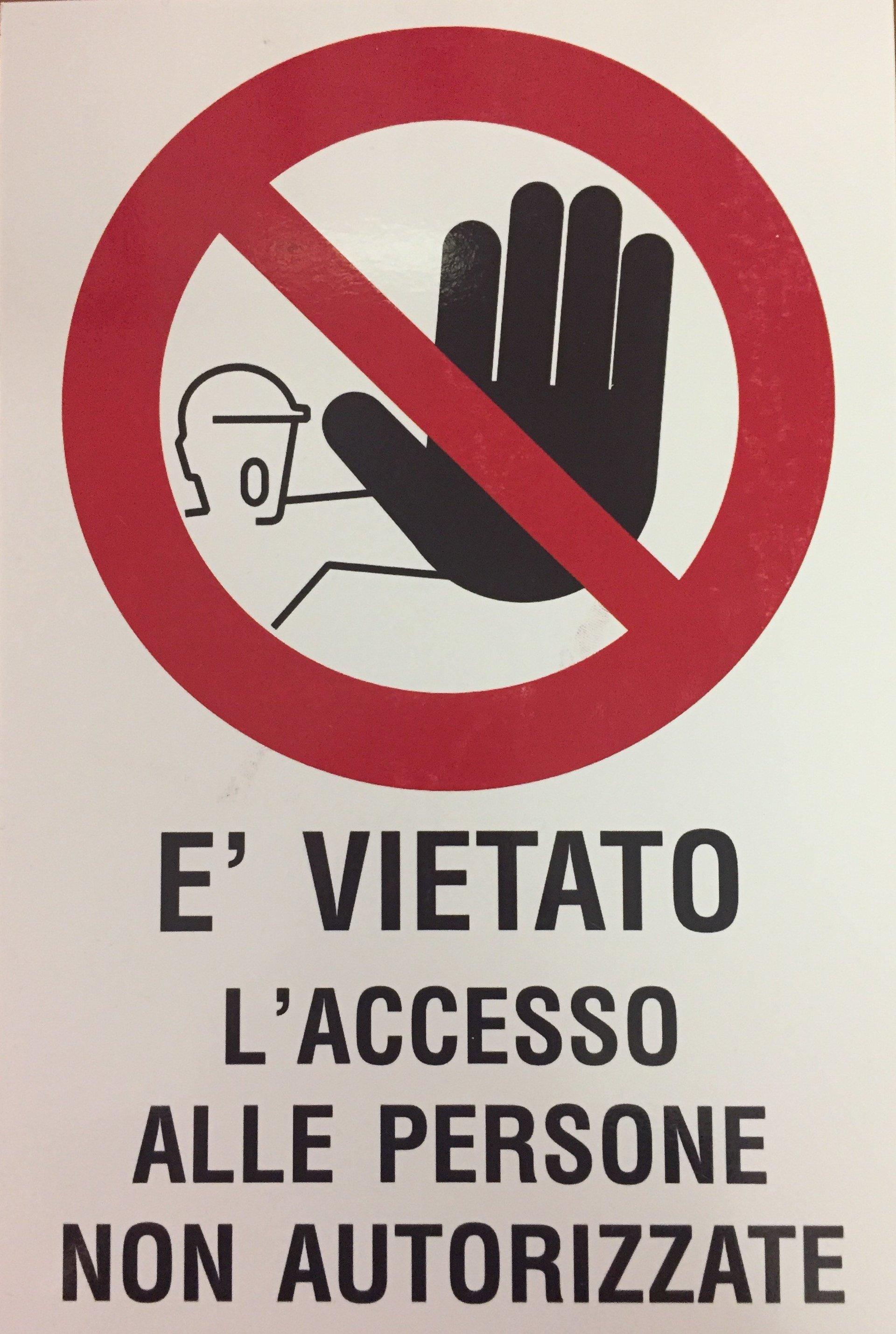 cartello con divieto ingresso al personale non autorizzato