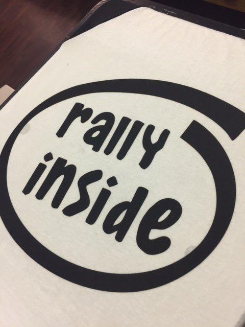 stampa con scritto raiiy inside