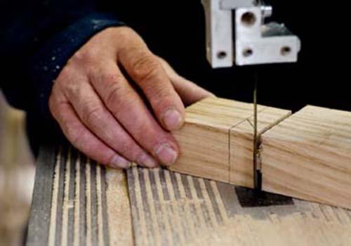 una mano con dei ferma porta in legno
