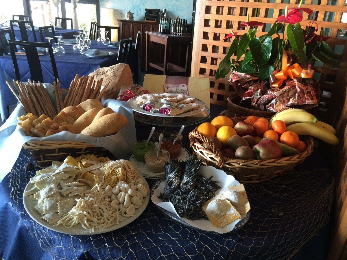 tavolo con diversi piatti