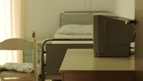 Il letto e il comodino da la cassettiera