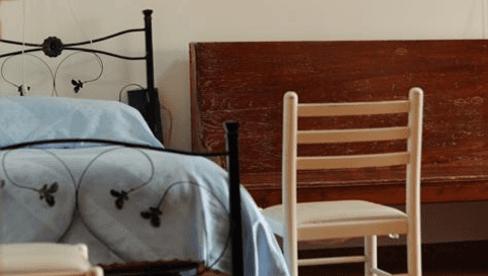 Letto,banco e sedia da la parete