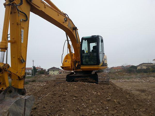 Operai che stanno costruendo un pozzo