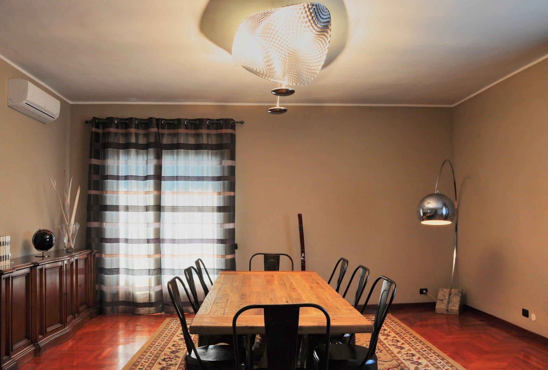 tavolo di legno al centro di una sala