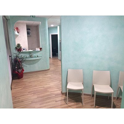saletta d'attesa con tre sedie color panna, adiacente allo studio