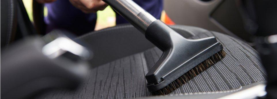pulizia del sedile di un'auto