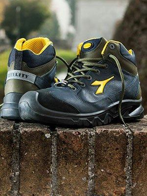 Stivali blu e gialla di protezione