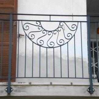 ringhiera in ferro battuto con decorazione