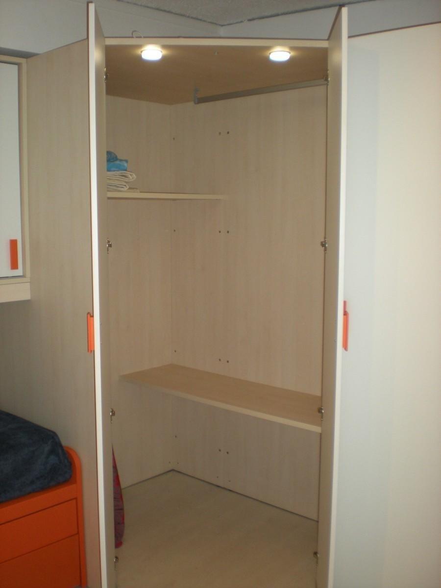 Cameretta per ragazzi in laminato bianco e acero con particolari laccati arancio