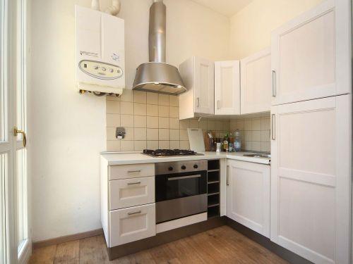 vista angolare di una cucina moderna con mobili da parete e pavimento in legno