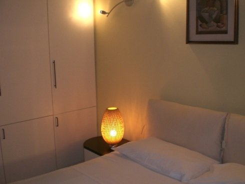 vista angolare di una camera da letto con lampadina