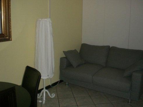 vista angolare di una stanza con divano e cuscini