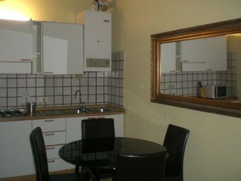 vista angolare di una cucina con tavolo e sedie