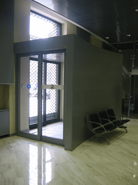 UBI  portineria sede interno con sedie