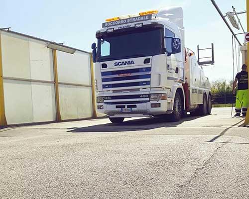 un tir bianco Scania