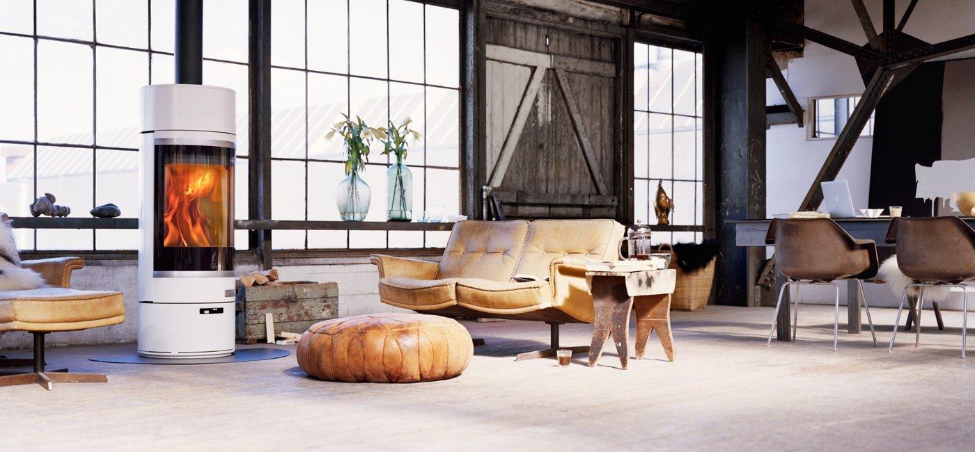 soggiorno moderno con stufa e mobili