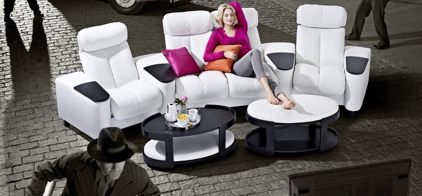 una donna seduta su un divano bianco