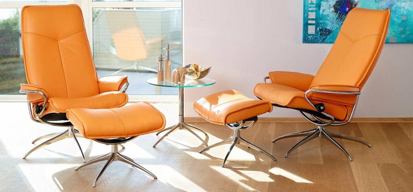 soggiorno moderno con mobili e pavimento in legno