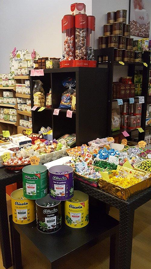 Esposizione di caramelle e altri prodotti