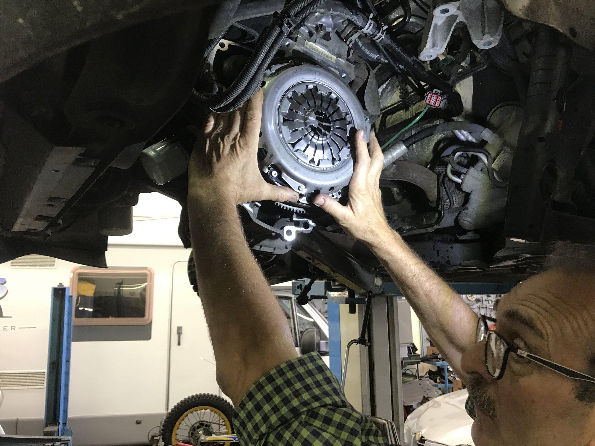 meccanico ripara disco dei freni di un'automobile