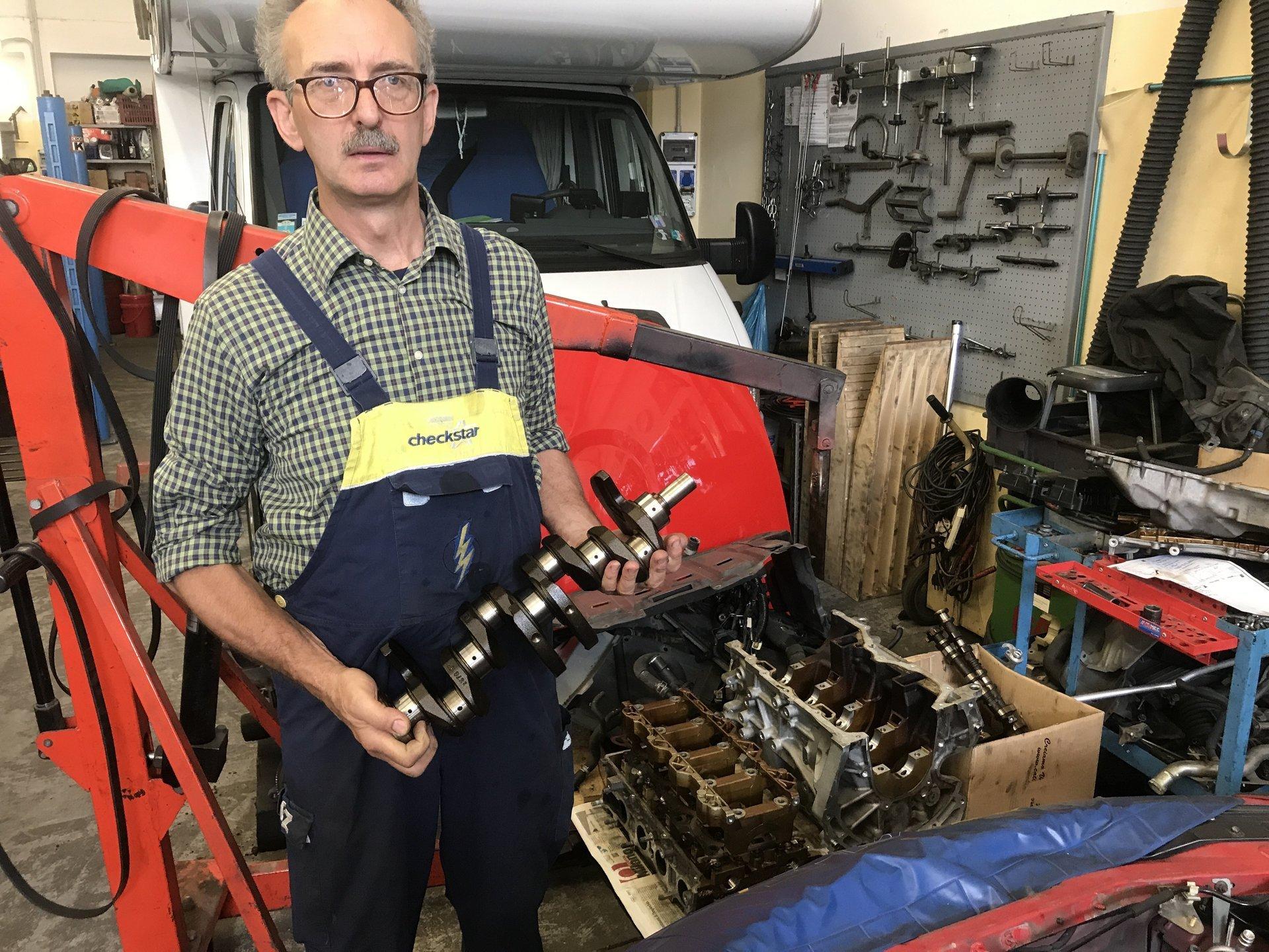meccanico con una componente auto