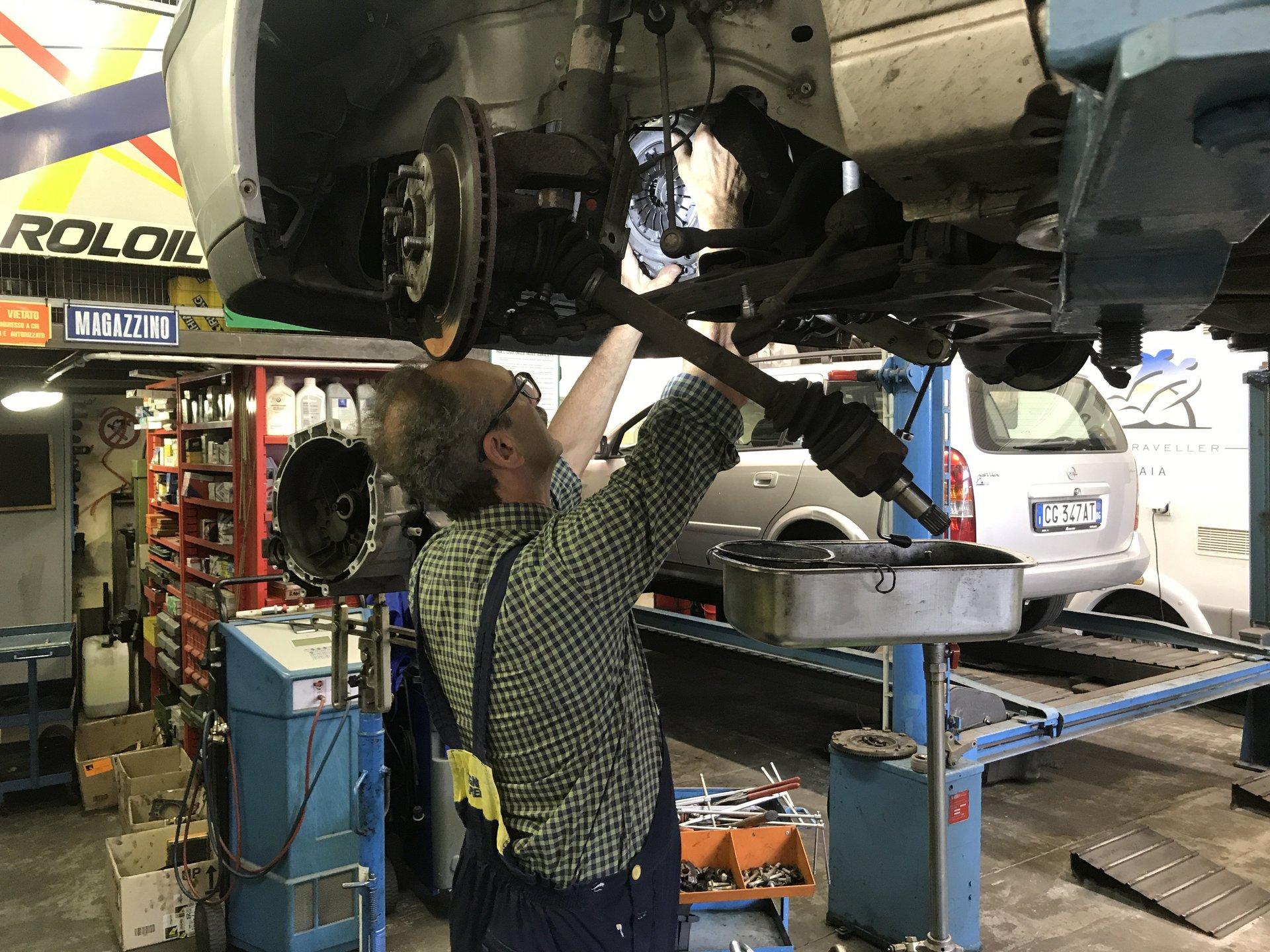 meccanico installa il disco dei freni di un'auto