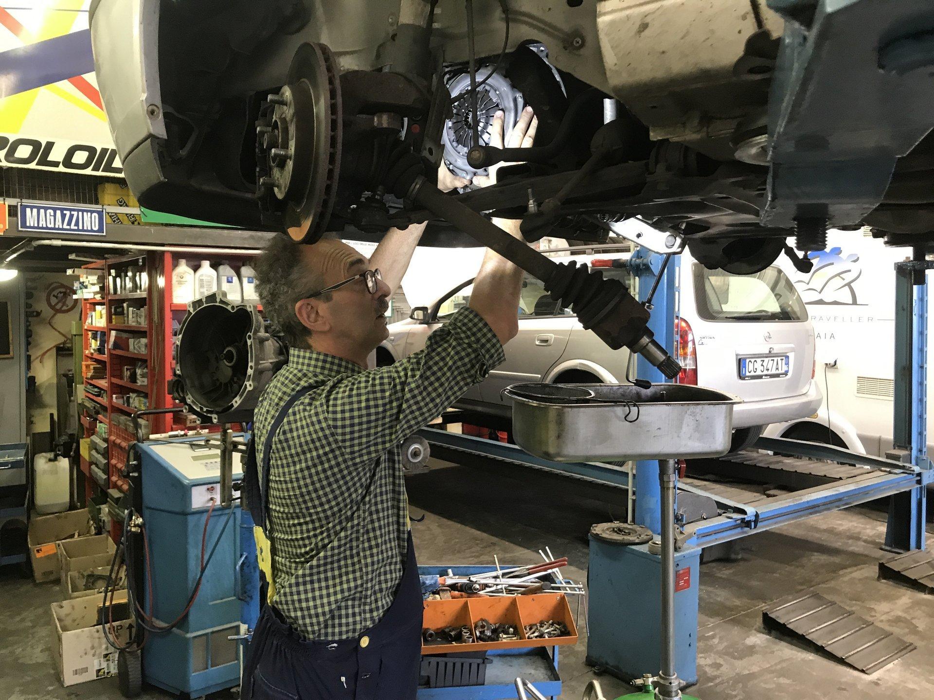 meccanico sistema il disco dei freni di un'auto