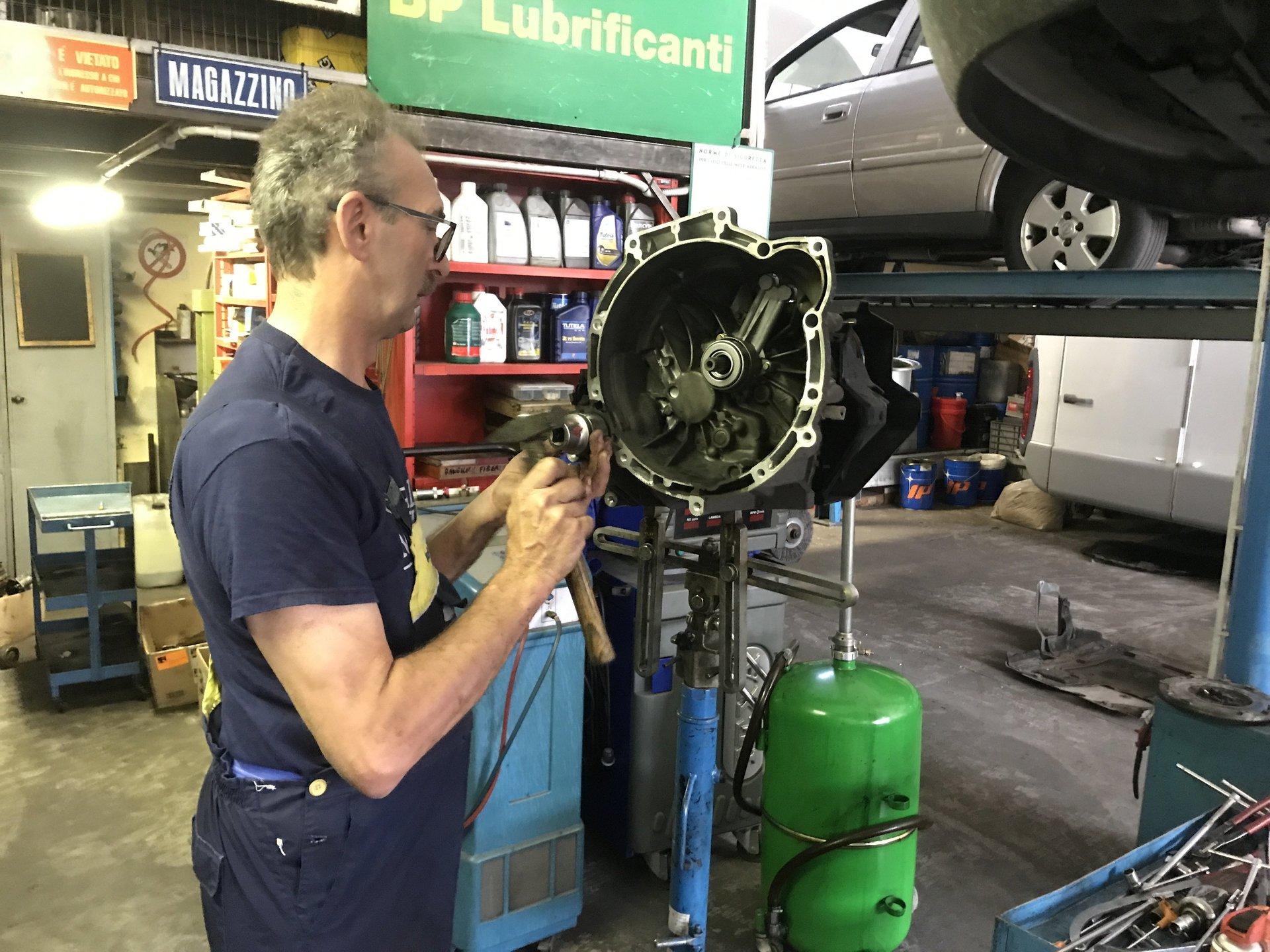 meccanica analizza il disco dei freni di un'auto