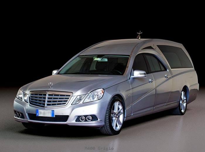 un carro funebre Mercedes color grigio metallizzato