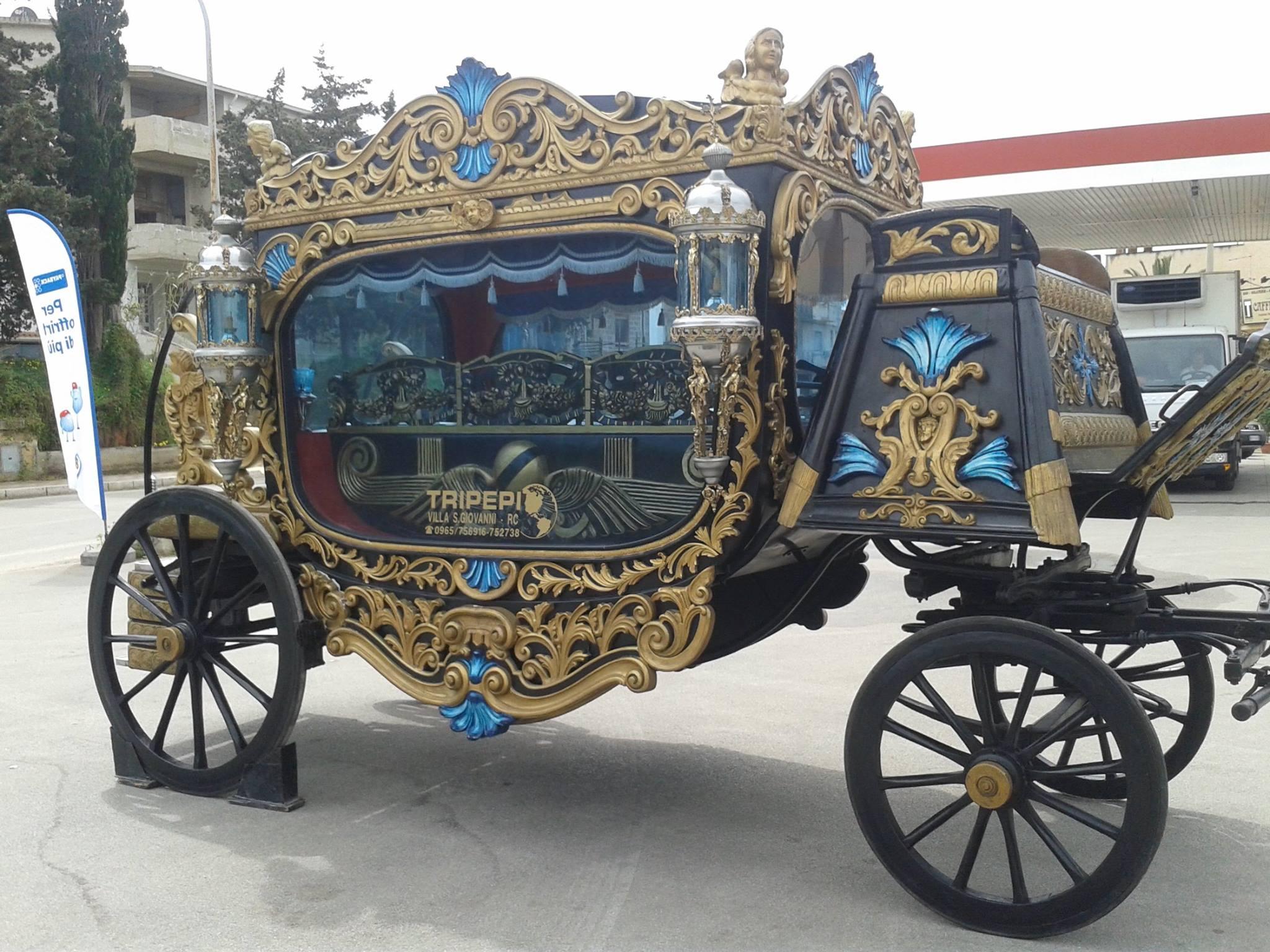foto di una carrozza con ornamenti dorati e un vetro