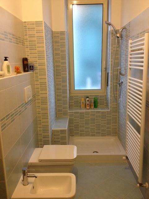 Ristruttrazione alloggi e bagni arredo bagno pavimenti nichelino moncalieri torino de - Bagno con doccia davanti finestra ...