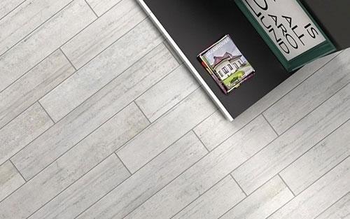 un pavimento in legno di color grigio