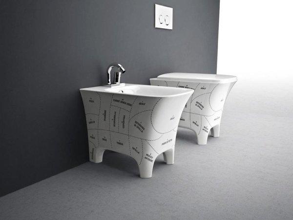 un wc e un bidet con sopra delle scritte