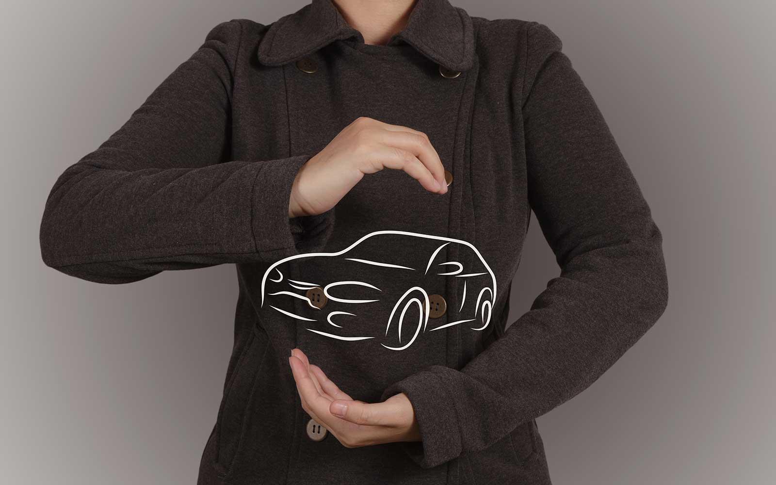 due mani che mostrano un logo di una macchina