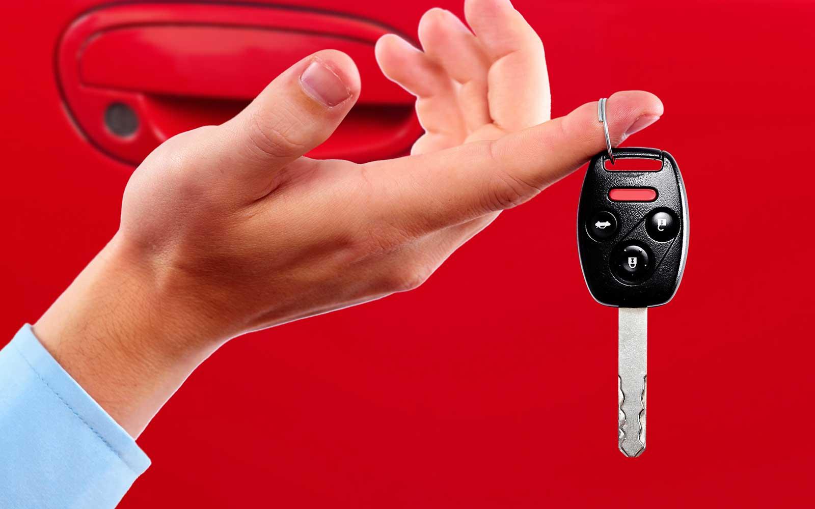 un dito con delle chiavi della macchina